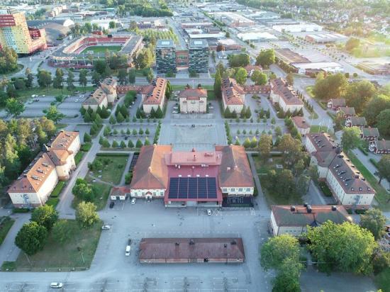 <span><span><span>På taket över Kök11 och Idrottsklinikeni Företagsstaden I11 i Växjö finns den430 kvadratmeter stora solpanelsytan.</span></span></span>