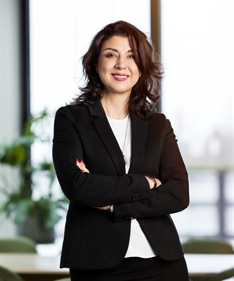 Sima Zangiabadi, affärsutvecklingschef på Peab Bostad, håller i Peabs bostadsrättsskola som hålls på flera orter och på flera olika språk.