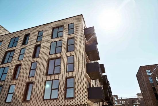 Fasadernas karaktär växer fram genom grafiska, diagonala linjer som visualiseras via en växling mellan fönster, som antingen är i linje med ytterfasaden eller djupt infogade i väggen, klädda med mörka nyanser och rullskiften. Samma diagonala mönster återkommer även i mindre skala genom väggdetaljerna.