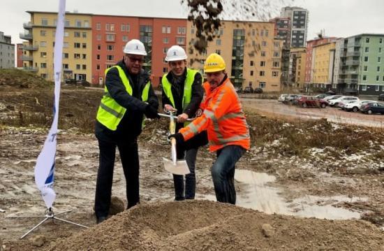 Tornets VD Göran Wendel, Kommunalråd Jesper Brandberg och Christer Stridh, Peab tog tillsammans det första spadtaget.