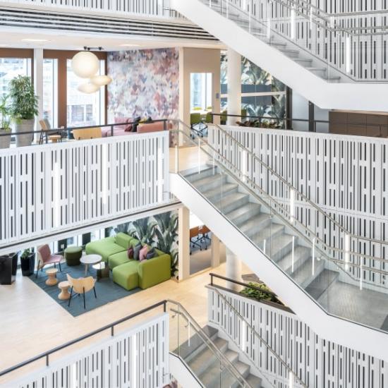 Ljusa lokaler med starka färginslag i Telenors nya huvudkontor.