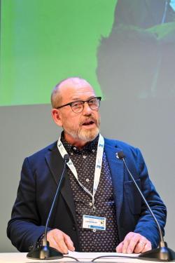 Johan Lindholm håller installationstal.