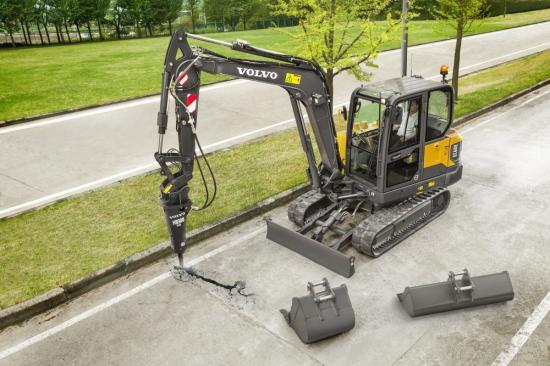 Volvo EC60E med flera redskap från Volvo Construction Equipment.