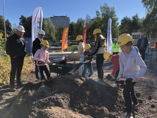 Henrik Lander (C) och Niklas Wikström (L) fick hjälp av eleverna Hilda, Husna, Milio, Tindra, Casper och Neo från Färjestadsskolans årskurs tre och sex på dagens spadtag.