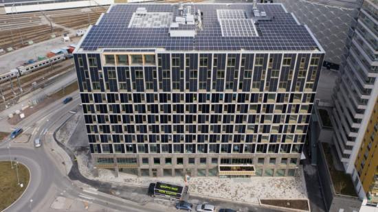 Tak och fasad på House of Choice pryds med solcellspaneler.