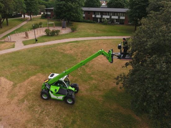 Maskinen är användbar året om. På sommaren är den bland annat behjälplig när träd och buskar ska klippas eller gamla vitvaror ska lyftas ut ur fastigheter som saknar hiss.