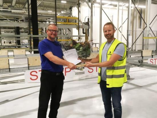 Ola Magnusson, Lindbäcks överlämnar priset för vinnare i kategorin maskininvestering 5-15 mkr till Jörgen Forsell, Forsells Maskin AB.