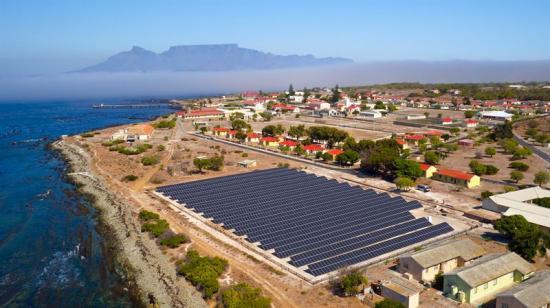 Mikronät fångar upp energi från solpaneler som kan generera 667 kilowatt - motsvarande den genomsnittliga effekten för cirka 130 hushåll.