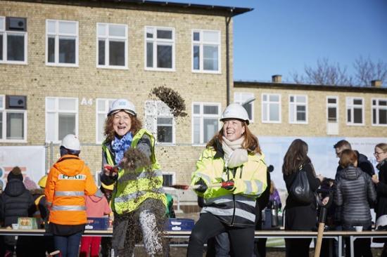 Projektansvarige Berit Berggren tar ett första spadtag inför till- och ombyggnaden av Kämpetorpsskolan i Älvsjö.