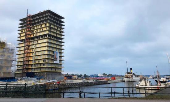 Skandinaviska Områdesskydd monterar glasräcken i nya Norrtälje hamn.