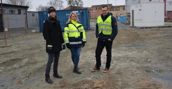 Miljöinspektör Anna Bryllert och projektledaren Elin Remstam från Kristianstads kommun inspekterar de grönmarkerade brunnarna där värmeelementen funnits, tillsammans med projektledaren Adis Dzafic från Veolia.