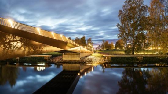 Nybyggd gångbro över ån Varnan knyter ihop centrum med stadsparken.