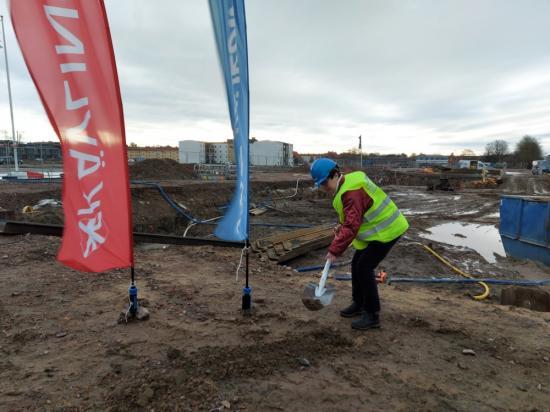 Kommunstyrelsens ordförande Pia Almström fick ta i ordentligt vid de första officiella spadtagen, som markerar starten på byggnationen av Kävlinge kommuns nya medborgarhus.