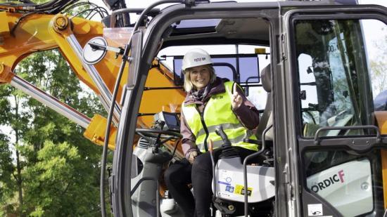 Kommunalråd Marlene Jörhag testkörde grävmaskinen på plats.