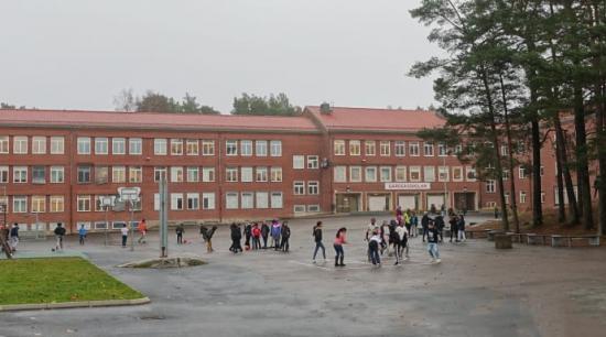 Gärdsåsskolan, med sina gedigna och robusta byggnader, är en årskurs 4-9 skola som ligger vid Kortedala torg.