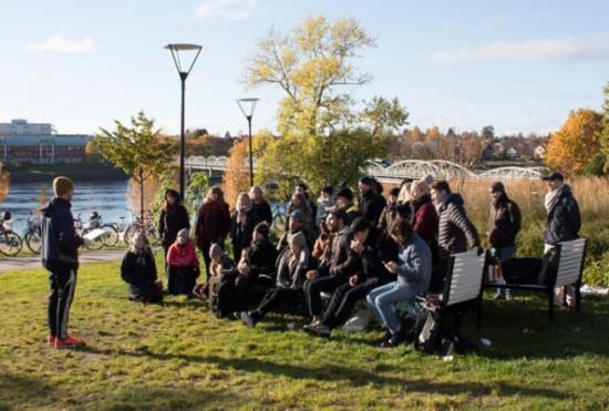 Studenter och lärare från Arkitekthögskolan på plats i Broparken i centrala Umeå.