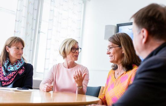 På bilden, från vänster: Kristina Sundin Jonsson, kommunchef i Skellefteå, Birgitta Bergvall-Kåreborn, rektor för Luleå tekniska universitet, Carina Håkansson, vd Skogsindustrierna, och Lorents Burman, kommunalråd i Skellefteå.