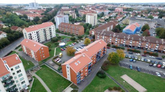 De senaste åren har stora renoveringsåtgärder på ABK:s bostadsområde Lyckans Höjd bidragit till kraftigt minskad energiförbrukning