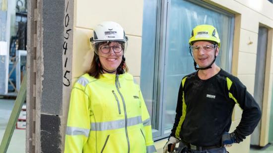 Ing-Marie Persson, fabrikschef i Falkenberg,och Metush Lika.