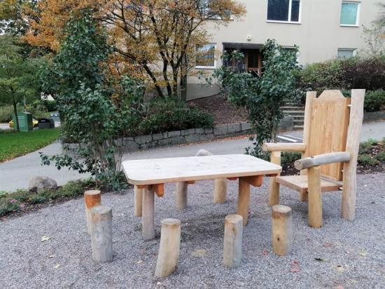 Extra sittplatser bjuder in till gemenskap och gör gården mer tillgänglig för alla boende.
