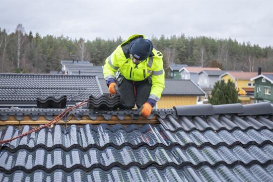 Den osynliga solpanelen SunWave som perfekt följer takpannornas form installeras på hus i Järfälla.