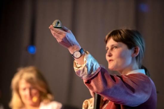 Kirsten Lynge från danska Läsö och en av grundarna till Zostera presenterar isolering med ilandflutet ålgräs.