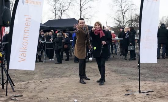 Jesper Brandberg, kommunalråd i Västerås och Johanna Frelin, vd Riksbyggen, inviger bygget av de nya seniorbostäderna genom en boulematch.