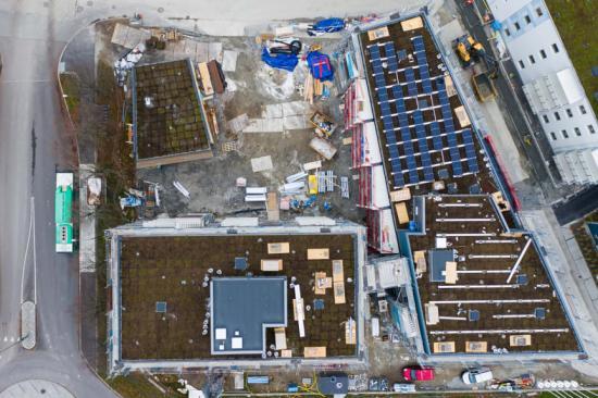 140 solcellspaneler installeras nu på taket på två av byggnaderna i hyresfastigheten Kvarteret Målet i Lund.