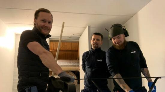 Distriktschef Daniel Ruus desinficerar trappräcken i Eidars bostadsområden tillsammans med fastighetsvärdarna Erduan Berisha och Mattias Persson.